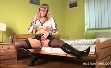 Stockinged mature in glasses toying her fuck hole