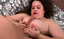 Chunky woman Desi Dae wet pussy takes big dick